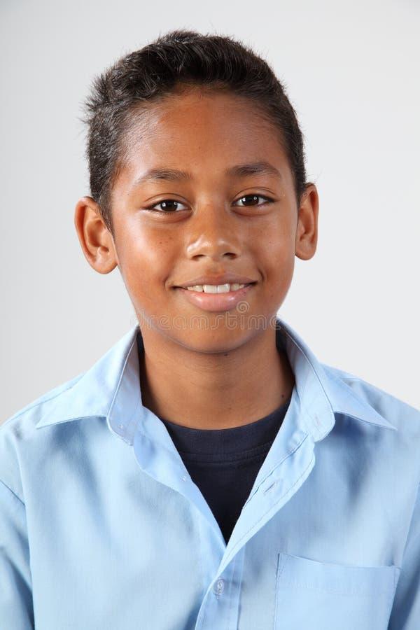 Ritratto di giovane ragazzo di banco felice 11 in studio immagini stock libere da diritti