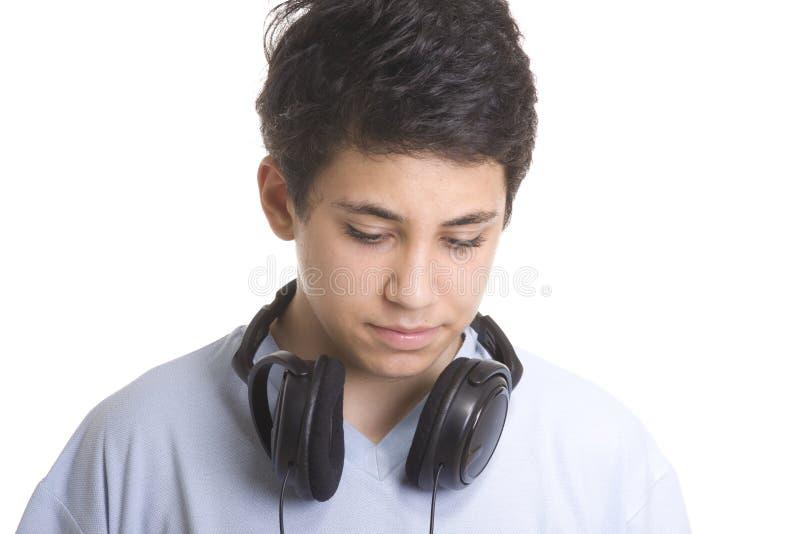 Ritratto di giovane ragazzo dolce che ascolta la musica fotografia stock libera da diritti