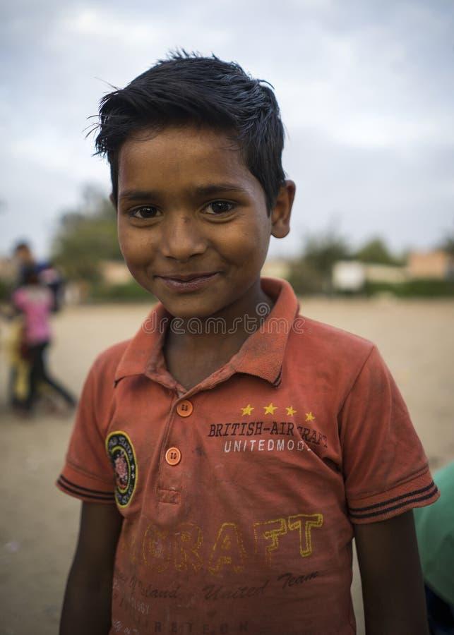 Ritratto di giovane ragazzo sorridente povero in India immagini stock libere da diritti