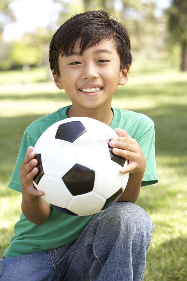 Ritratto di giovane ragazzo in sosta con gioco del calcio fotografia stock