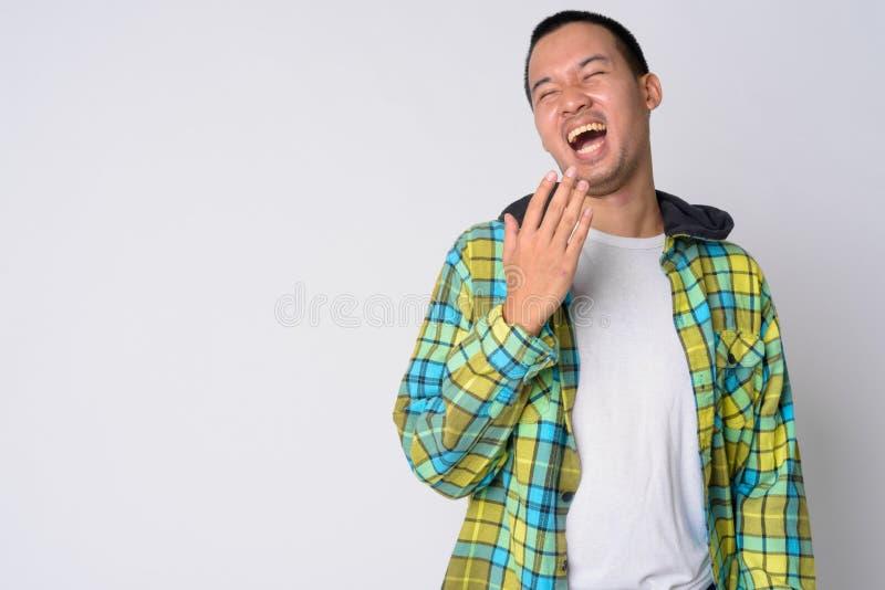 Ritratto di giovane risata asiatica felice dell'uomo dei pantaloni a vita bassa immagini stock libere da diritti