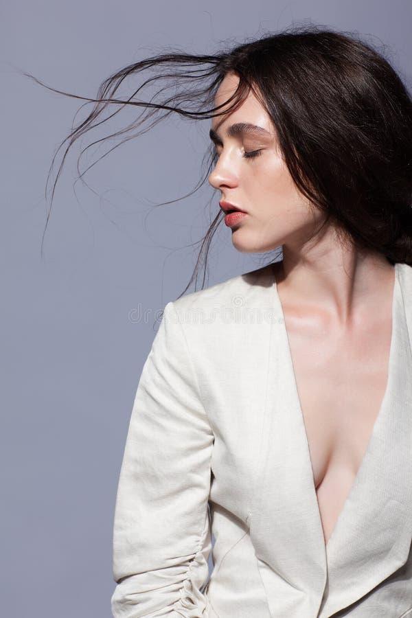 Ritratto di giovane ritratto castana della donna di bellezza in fashio bianco immagini stock libere da diritti