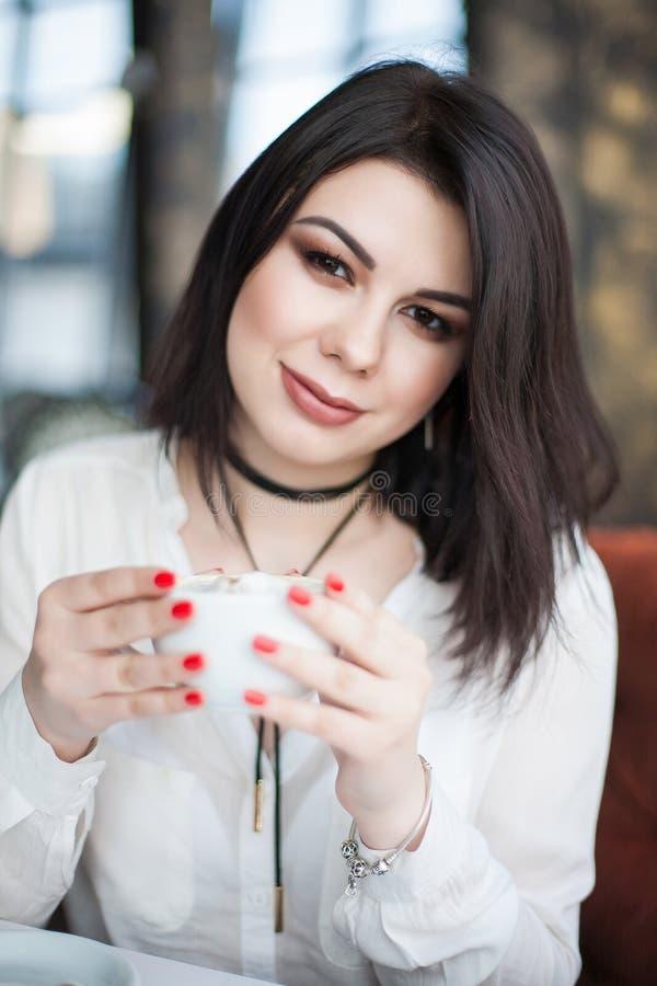 Ritratto di giovane singolo femminile castana attraente avendo thoug fotografia stock
