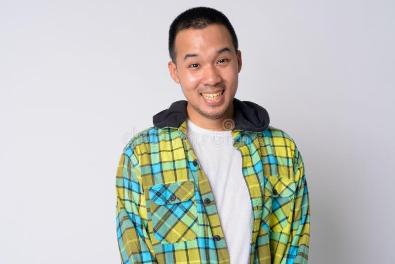 Ritratto di giovane sorridere asiatico felice dell'uomo dei pantaloni a vita bassa immagine stock libera da diritti