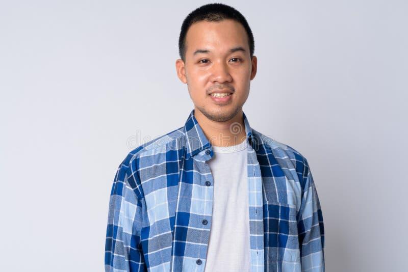 Ritratto di giovane sorridere asiatico felice dell'uomo dei pantaloni a vita bassa immagini stock