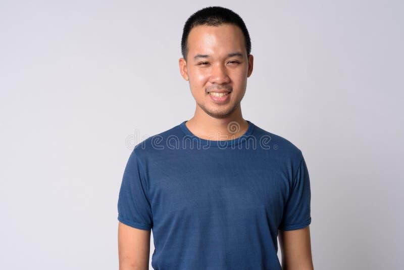 Ritratto di giovane sorridere asiatico felice dell'uomo immagini stock