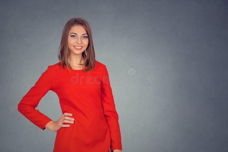 Ritratto di giovane sorridere attraente della donna fotografia stock libera da diritti