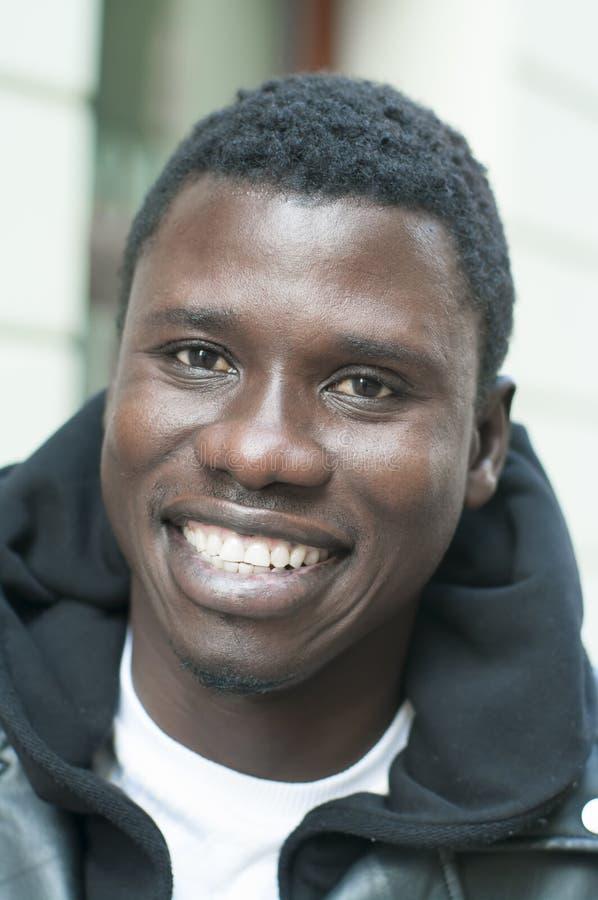 Ritratto di giovane sorridere dell'uomo di colore fotografie stock libere da diritti