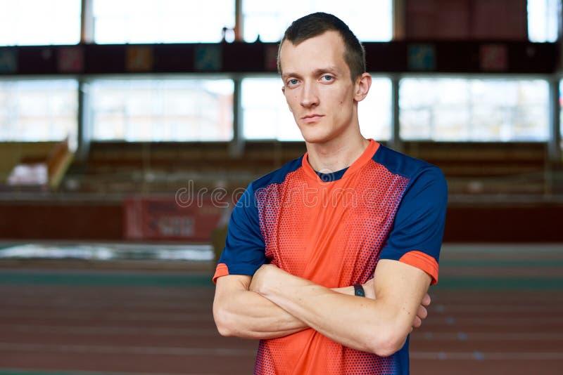 Ritratto di giovane sportivo moderno immagini stock