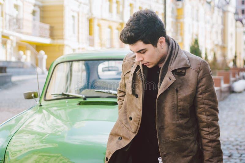Ritratto di giovane tipo castana maschio sexy bello di modello con il fumo di posa castana del Medio-Oriente turco della pelle sc immagini stock libere da diritti