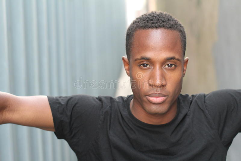 Ritratto di giovane uomo afroamericano bello fotografia stock libera da diritti
