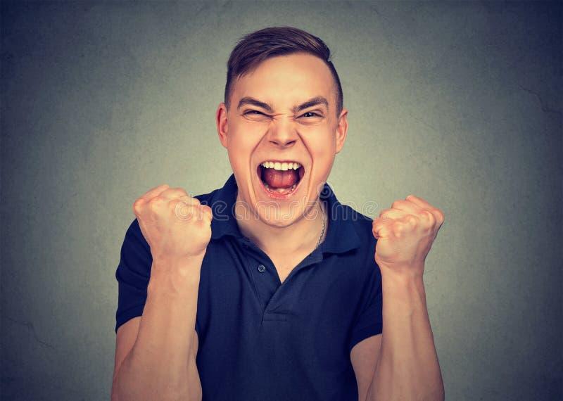 Ritratto di giovane uomo arrabbiato che grida immagine stock