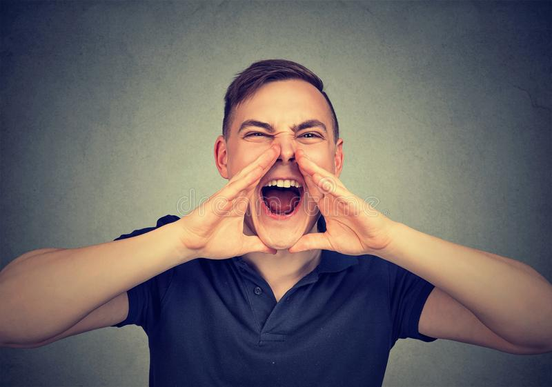 Ritratto di giovane uomo arrabbiato che grida immagini stock