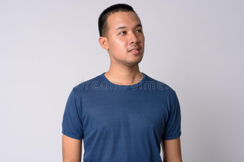 Ritratto di giovane uomo asiatico che pensa e che cerca fotografie stock