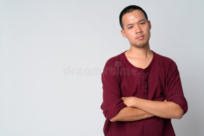 Ritratto di giovane uomo asiatico con le armi attraversate fotografia stock libera da diritti