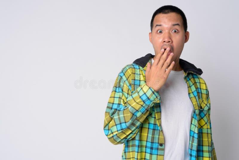 Ritratto di giovane uomo asiatico dei pantaloni a vita bassa che sembra colpito fotografia stock libera da diritti