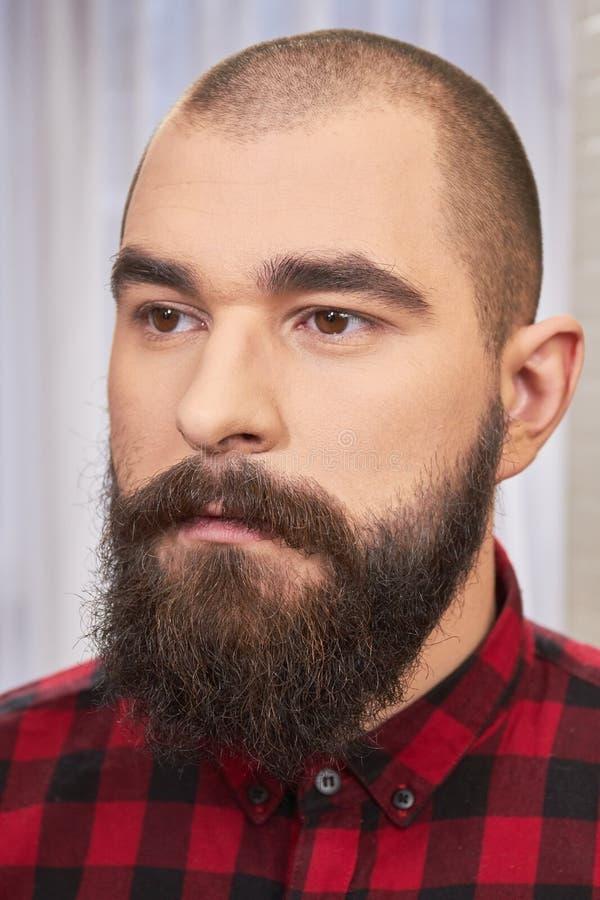 Ritratto di giovane uomo barbuto immagine stock libera da diritti