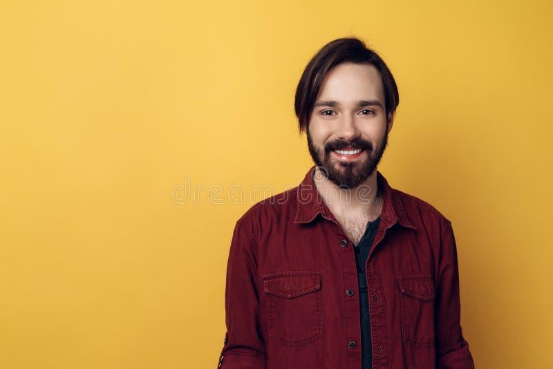Ritratto di giovane uomo barbuto sorridente immagini stock libere da diritti