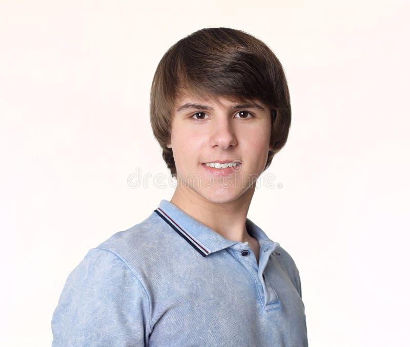 Ritratto di giovane uomo bello, adolescente isolato sullo studio w fotografie stock libere da diritti