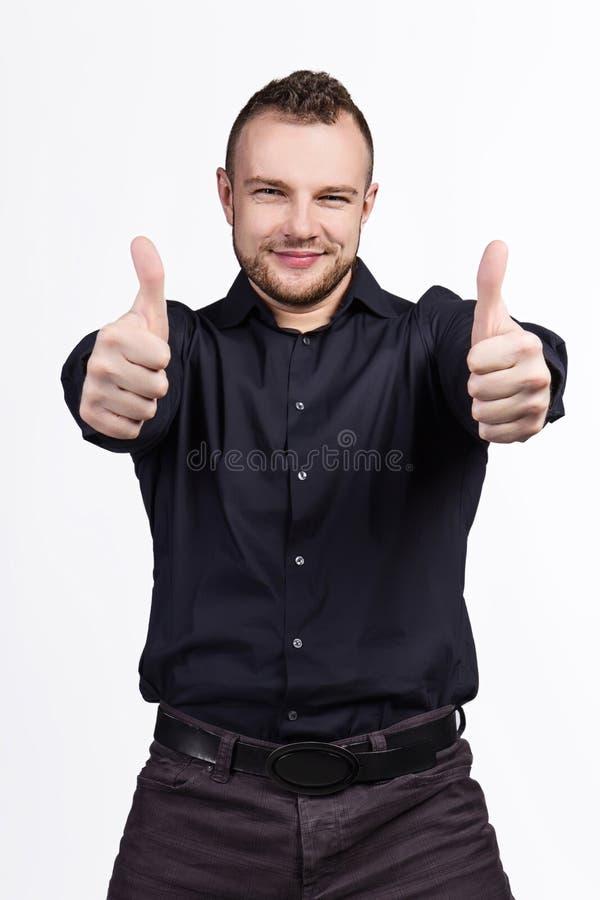 Ritratto di giovane uomo bello che mostra i pollici su fotografia stock libera da diritti