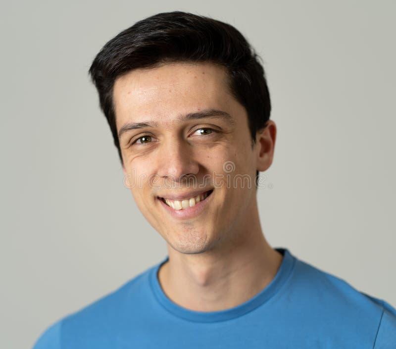 Ritratto di giovane uomo bello con il fronte felice e sorridente Concetto e stile di vita di bellezza immagine stock libera da diritti