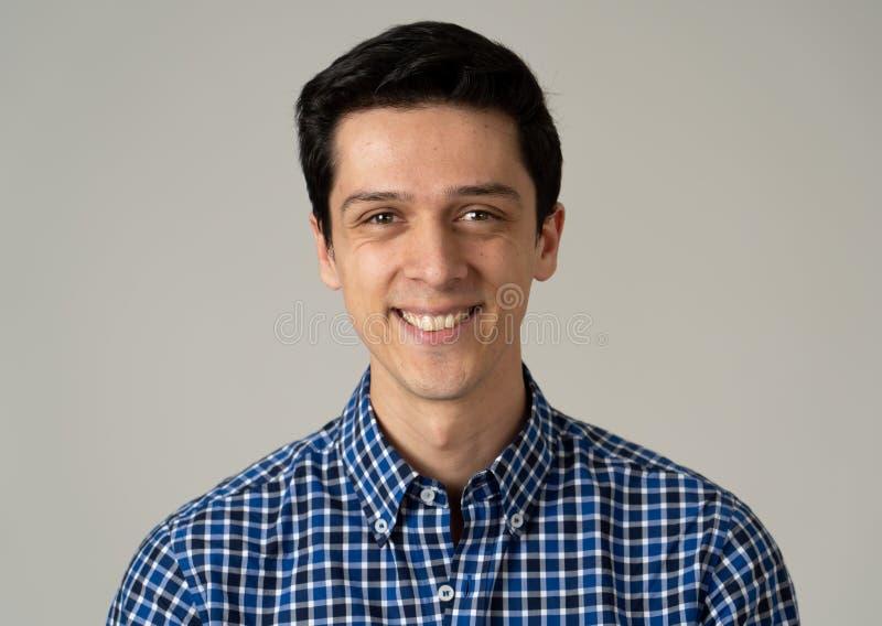 Ritratto di giovane uomo bello con il fronte felice e sorridente Concetto e stile di vita di bellezza immagini stock