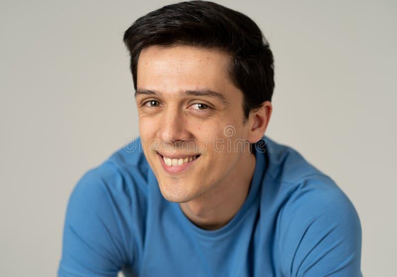 Ritratto di giovane uomo bello con il fronte felice e sorridente Concetto e stile di vita di bellezza fotografia stock