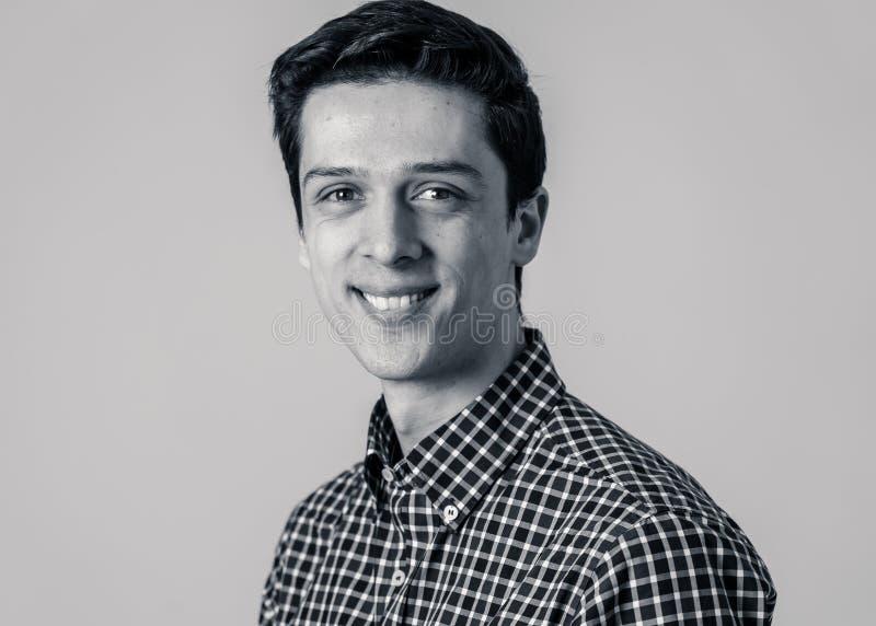 Ritratto di giovane uomo bello con il fronte felice e sorridente Concetto e stile di vita di bellezza fotografie stock libere da diritti