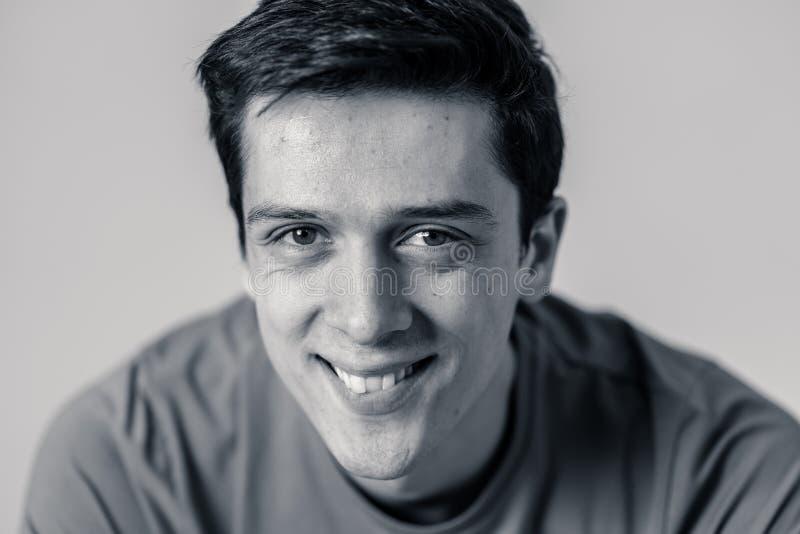 Ritratto di giovane uomo bello con il fronte felice e sorridente Concetto e stile di vita di bellezza fotografia stock libera da diritti