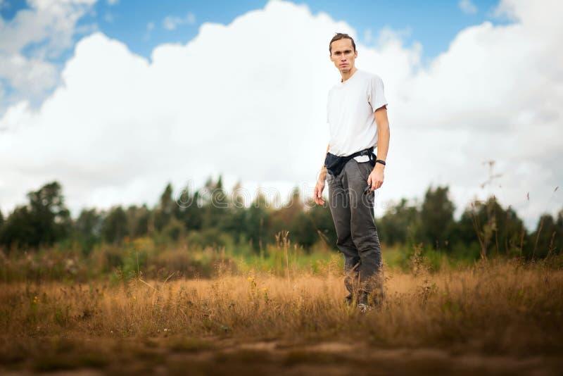 Ritratto di giovane uomo caucasico alla natura immagini stock libere da diritti