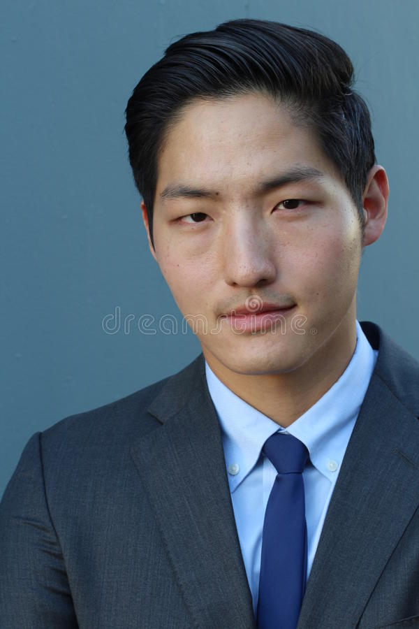 Ritratto di giovane uomo d'affari asiatico bello dell'uomo in vestito classico nero con il legame blu d'avanguardia Fine in su fotografia stock