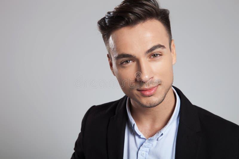 Ritratto di giovane uomo d'affari attraente che indossa sorridere nero del vestito immagini stock libere da diritti