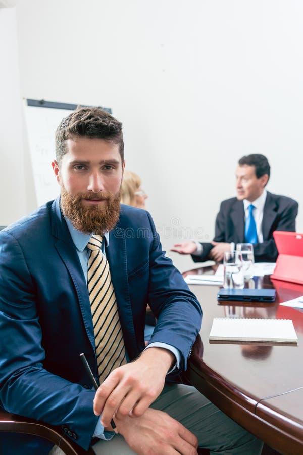Ritratto di giovane uomo d'affari bello che esamina macchina fotografica con fiducia fotografie stock