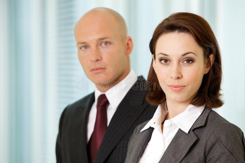 Ritratto di giovane uomo d'affari caucasico e donna di affari in ufficio immagini stock