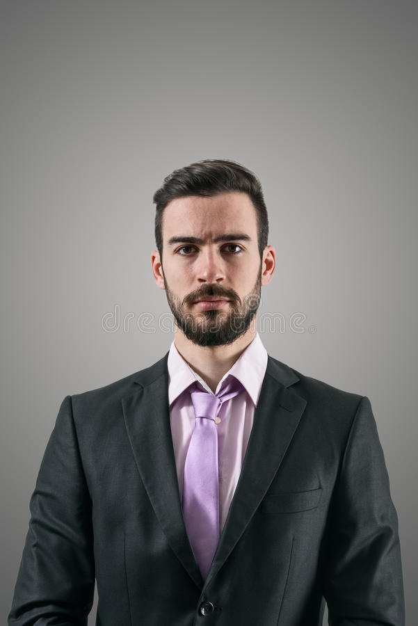 Ritratto di giovane uomo d'affari serio con lo sguardo intenso alla macchina fotografica immagini stock