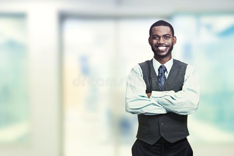 Ritratto di giovane uomo d'affari sorridente fotografia stock libera da diritti