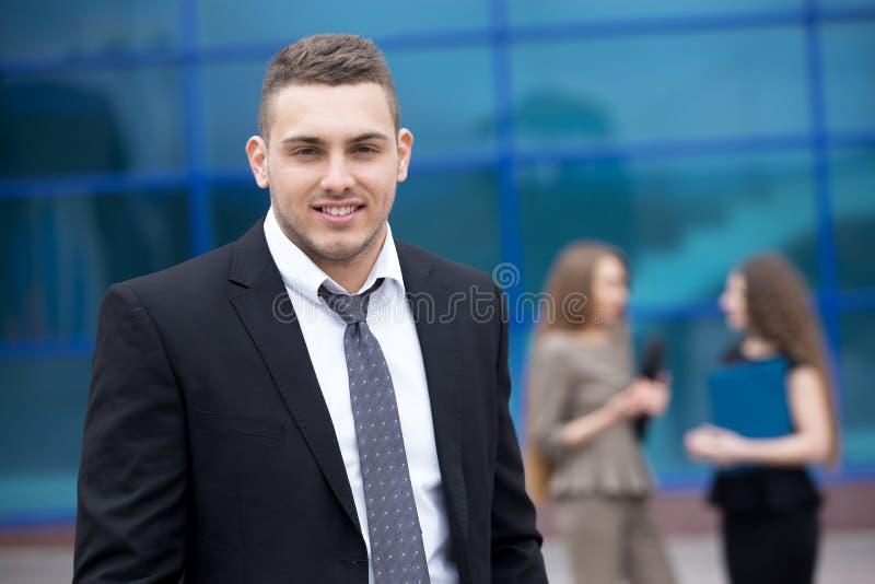 Ritratto di giovane uomo di affari che esamina macchina fotografica fotografie stock