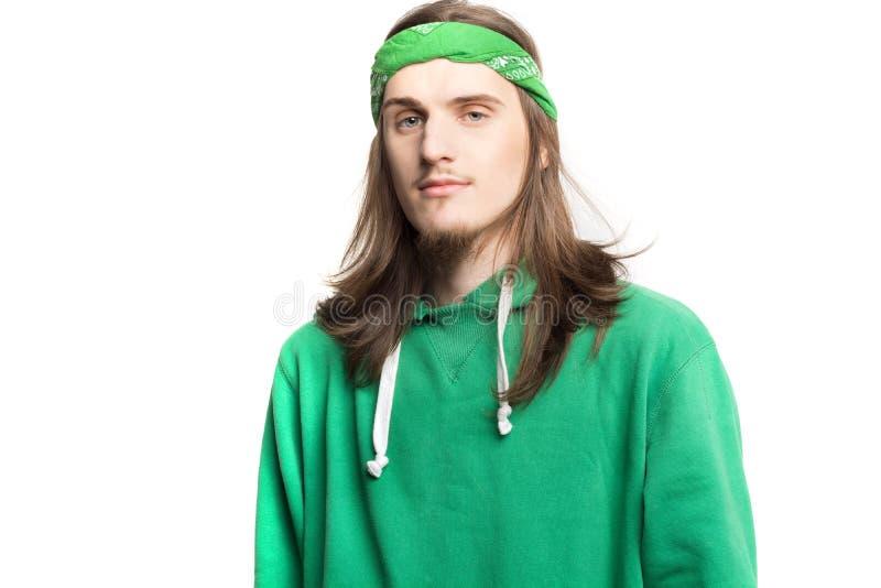 Ritratto di giovane uomo felice bello in maglia con cappuccio verde che esamina i precedenti di bianco dei agains della macchina  immagini stock libere da diritti