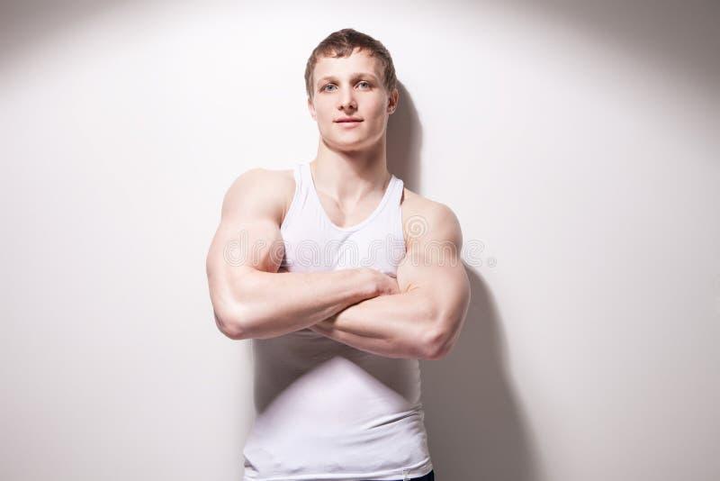 Ritratto di giovane uomo muscolare sexy in biancheria intima fotografia stock