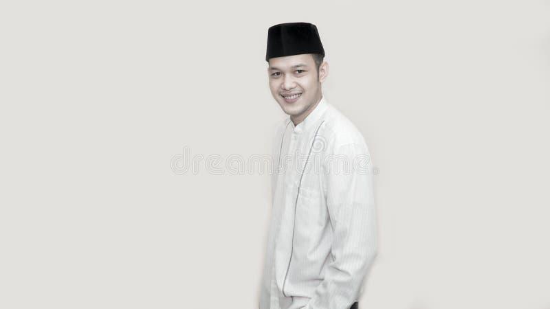 Ritratto di giovane uomo musulmano allegro che sorride davanti alla macchina fotografica immagini stock