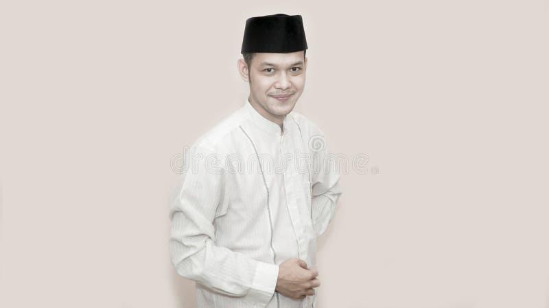 Ritratto di giovane uomo musulmano allegro che sorride davanti alla macchina fotografica fotografia stock
