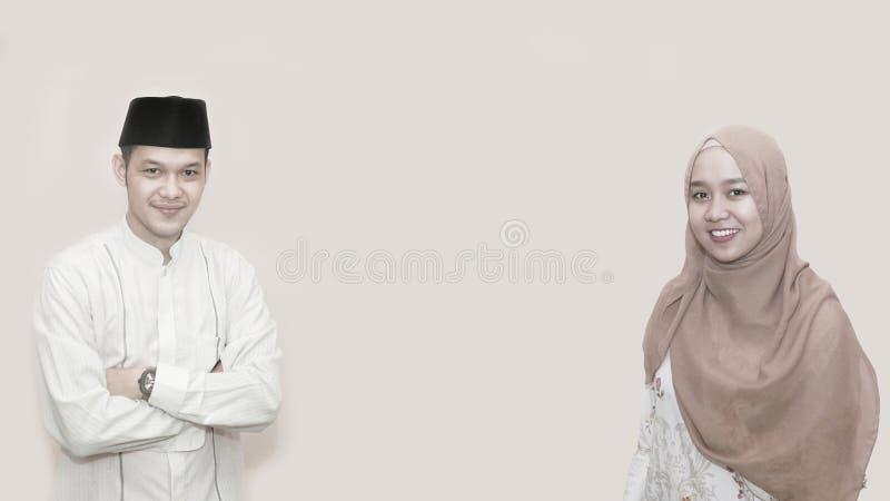 Ritratto di giovane uomo musulmano allegro che sorride davanti alla macchina fotografica immagini stock libere da diritti