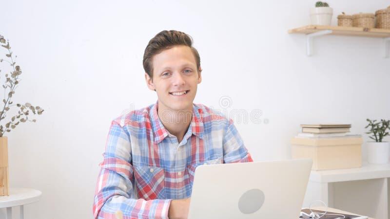 Ritratto di giovane uomo professionale alla moda in un ufficio creativo alla moda immagine stock