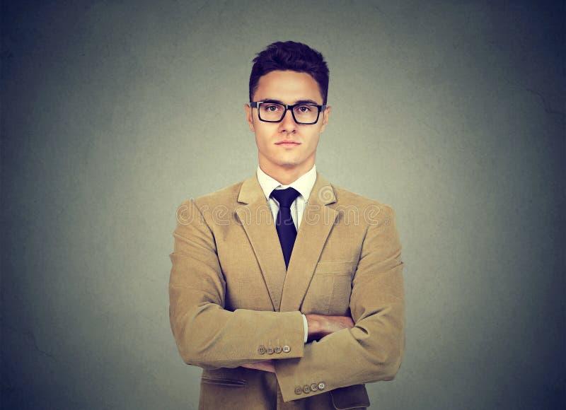 Ritratto di giovane uomo serio sicuro di affari immagine stock