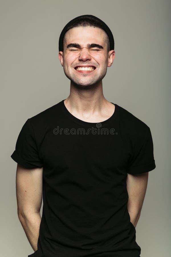 Ritratto di giovane uomo sorridente a trentadue denti immagini stock