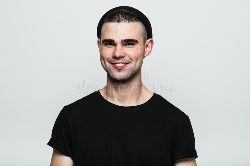 Ritratto di giovane uomo sorridente a trentadue denti immagine stock libera da diritti