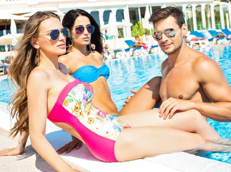 Ritratto di giovani amici nella piscina fotografia stock libera da diritti