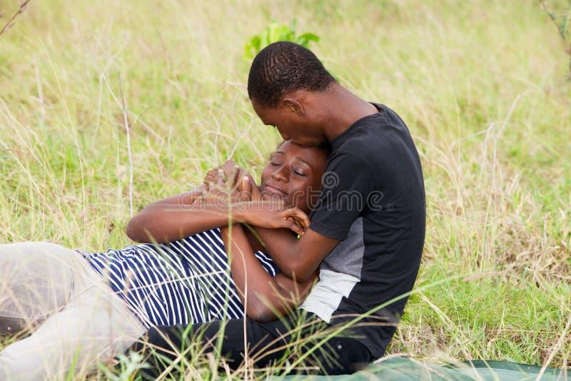 Ritratto di giovani coppie africane, nell'amore immagine stock libera da diritti