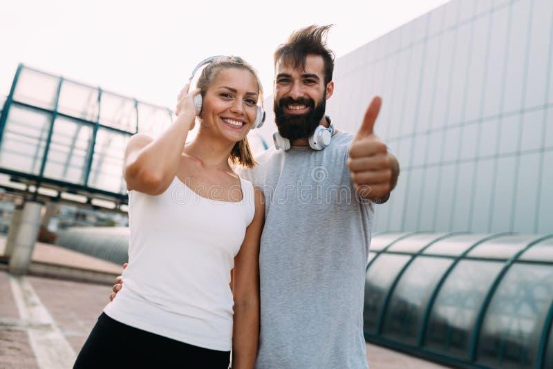 Ritratto di giovani coppie felici attraenti di forma fisica fotografia stock