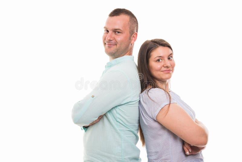 Ritratto di giovani coppie felici che stanno di nuovo alla parte posteriore fotografia stock